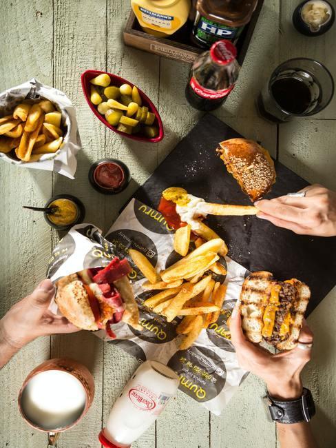 Fastfood-diner met hamburgers en patat