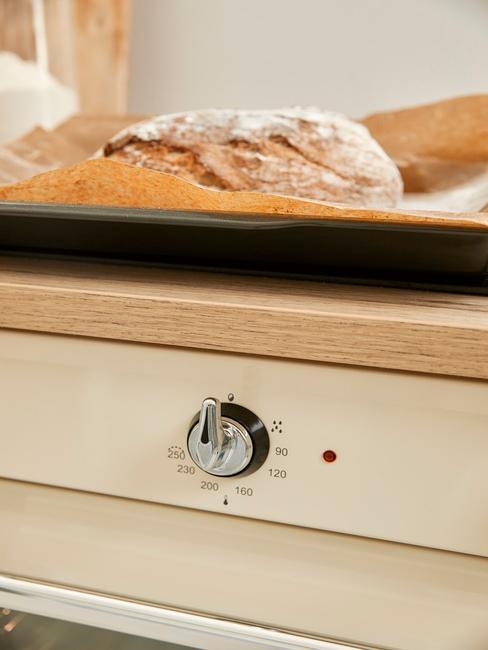 Close up van witte oven met zilveren knoppen