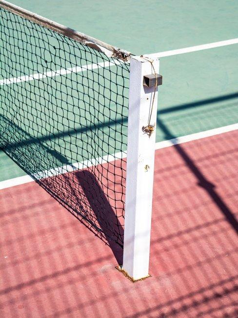 Tennisbaan net groen rood ondergrond