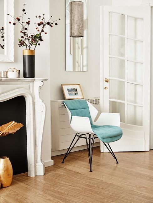 Klassieke woonkamer met schouw en turquoise stoel