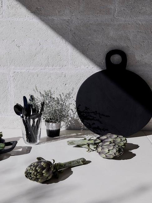 cadeau voor je vriend zwart wit keuken met snijplank