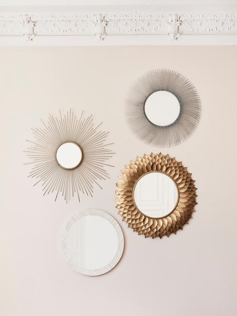 Decoratieve spiegels op een roomwitte muur