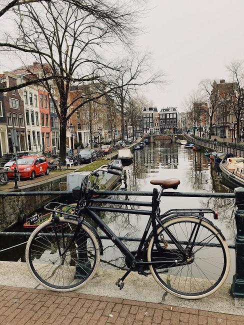 fiets op brug aan gracht