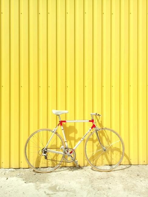 Gele achtergrond met wielrenfiets