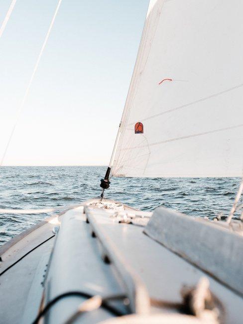 Zeilboot op blauwe zee