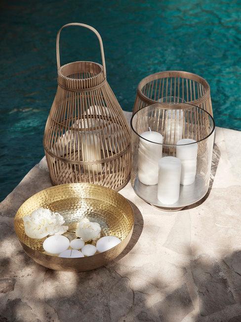 Bruiloft aan zee accessoires op schaal en beige tegels voor blauwe zee
