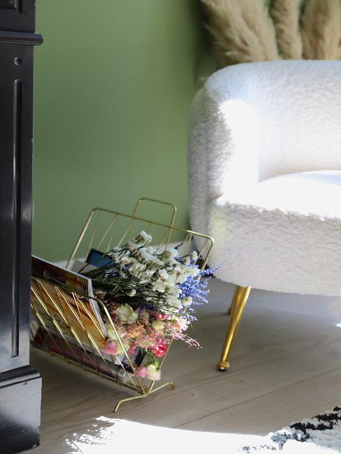 Woonkamer accessoires met teddy stoel voor groene muur