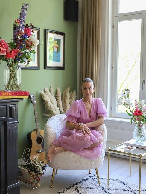 Noor de Groot Portrait voor openhaard in woonkamer