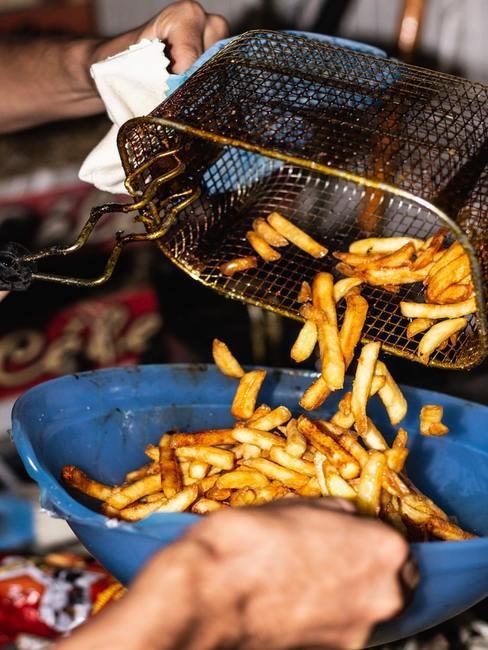 Airfryer schoonmaken: vers gebakken frietjes geserveerd op een bord