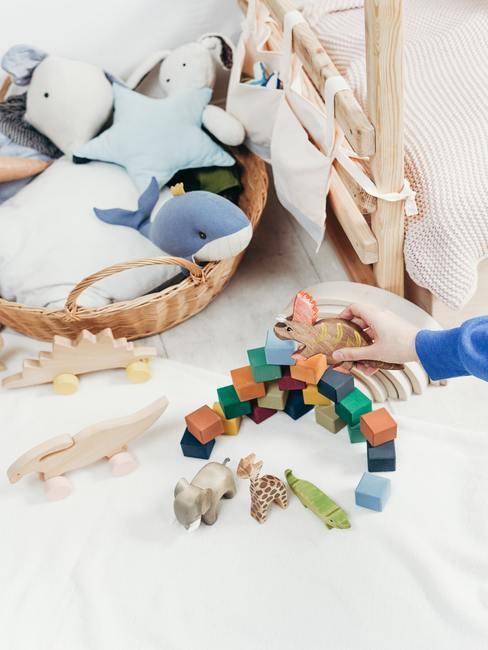 Babykamer hout: houten kleurrijk speelgoed