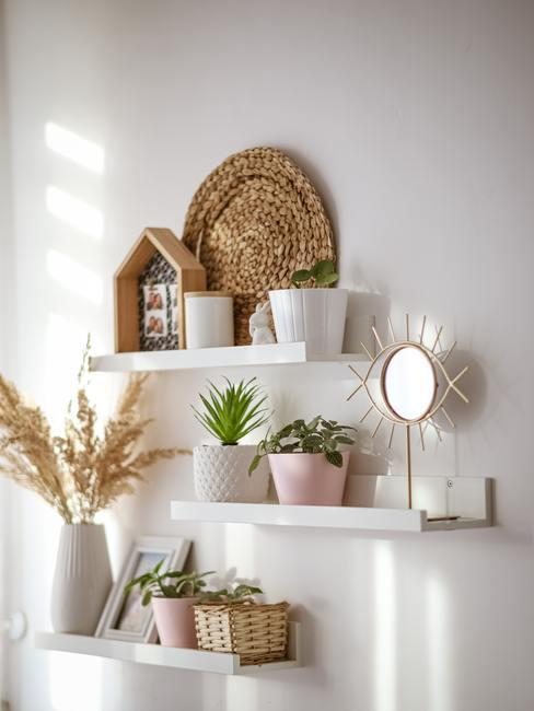Wanddecoratie met rotan accessoires en vazen