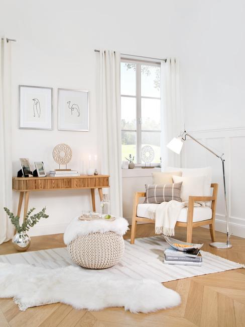 Babykamer inspiratie: een hoekje voor een ouder met een houten fauteuil met een kussen en een deken en een poef
