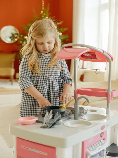 Kleine babykamer: kind spelen met speelgoed