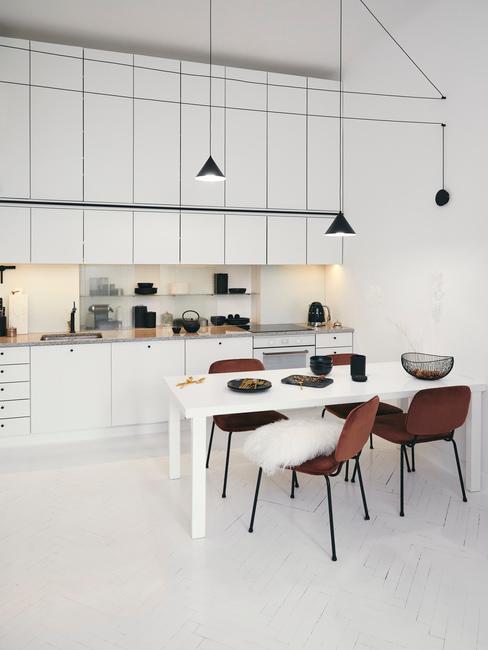 Witte keuken met bruine keukenstoelen en witte tafel