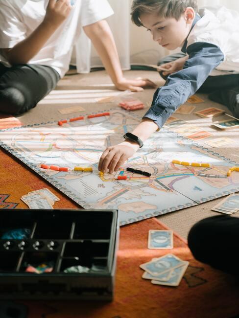 Kinderen spelen een spel op een gekleurd tapijt