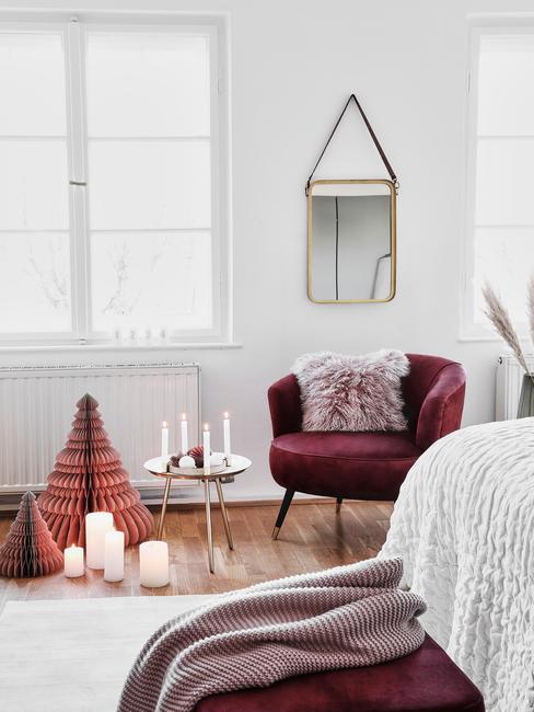 Biała sypialnia z fioletowym krzesłem