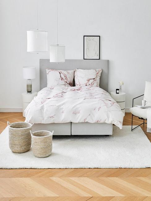 Sypialnia urządzona w szarości z pościelą w marmurowy wzór
