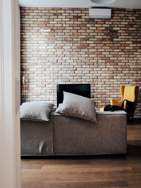 Ceglana ściania w salonie