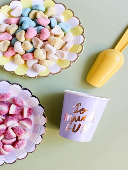 Kolorowe słodyczne na papierowych talerzykach