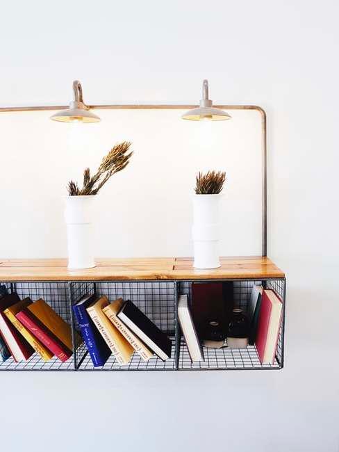 Półka w salonie z trzema przegrodami, w których znajdują się książki