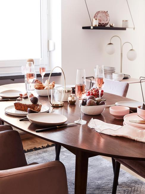 Drewniany, okrągły stół w jadalni