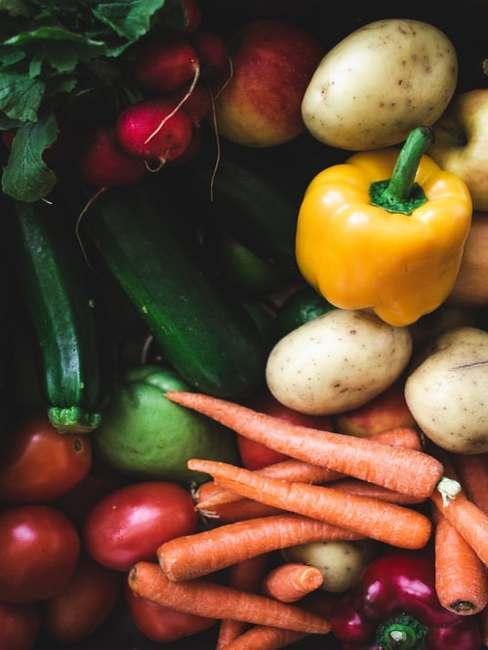 Różne warzywa ułożone na blacie