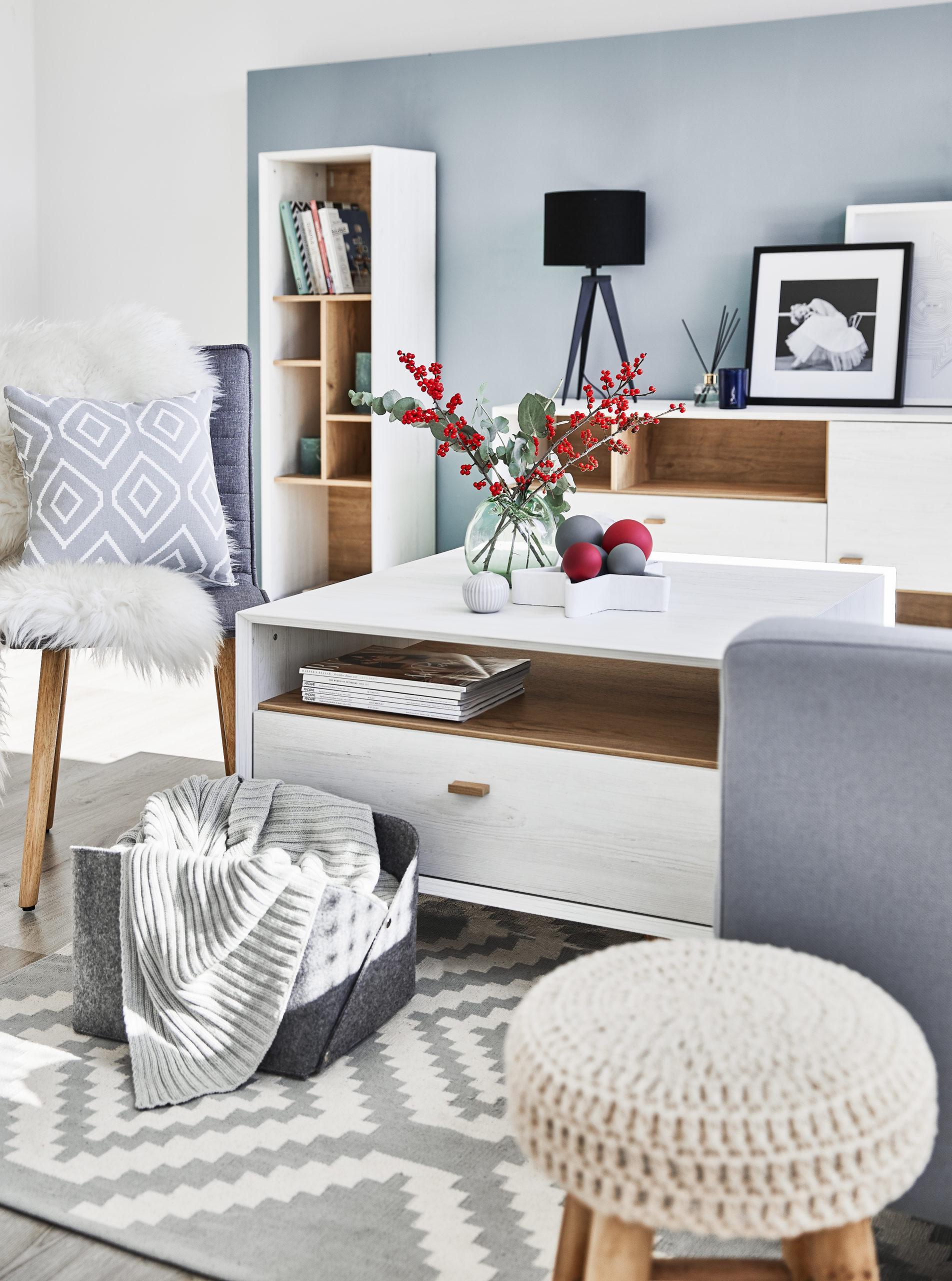Błękitny salon w stylu skandynawskim z szarymi akcentami