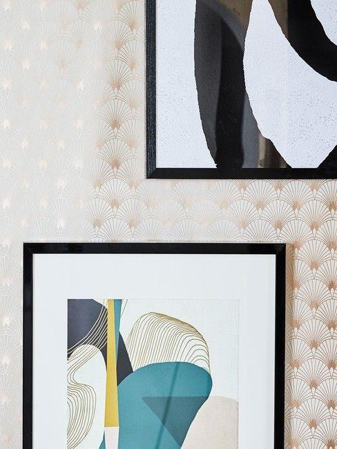 Grafiki w czranych ramach na tle ściany wytapetowanej w miedziany kwiatowy motyw