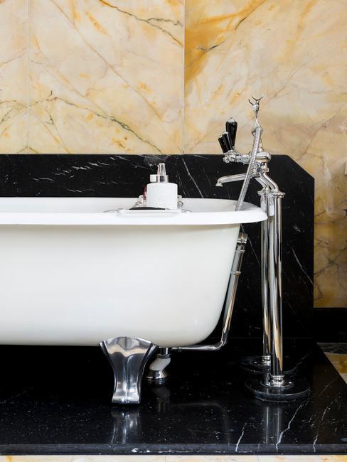 Łazienka z wanną, złoto - czarnymi płytkami
