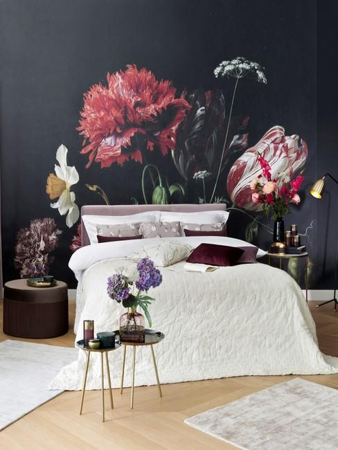 Sypialnia z tapetą na ścianie oraz dużym łóżkiem