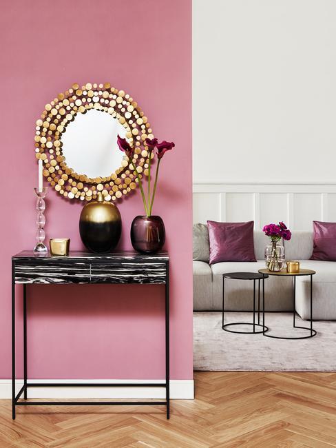 Różowe dodatki w białym salonie
