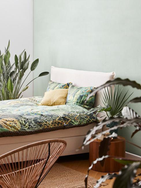 Jasna sypialnia z miętową ścianą
