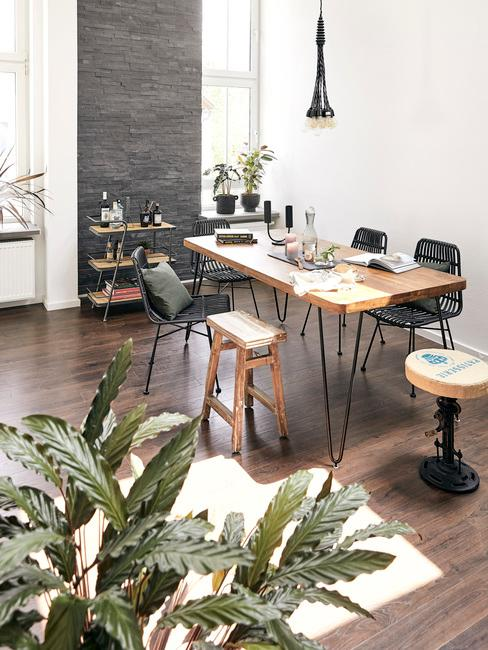 Jadalnia w nowoczesnym style rustykalnym z drewnianym stołem, metalowymi krzesłami oraz roślinnością
