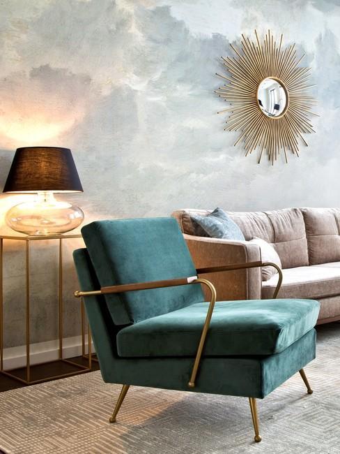 Farment pomieszczenia z satynowym fotelem, złotą dekoracją oraz tapetą na ścianie