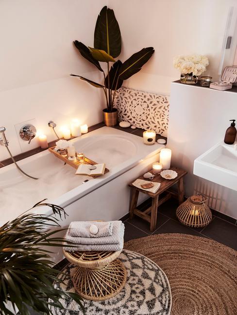 Łazienka z wanną, świeczkami, roślinnością, oraz akcesoriami