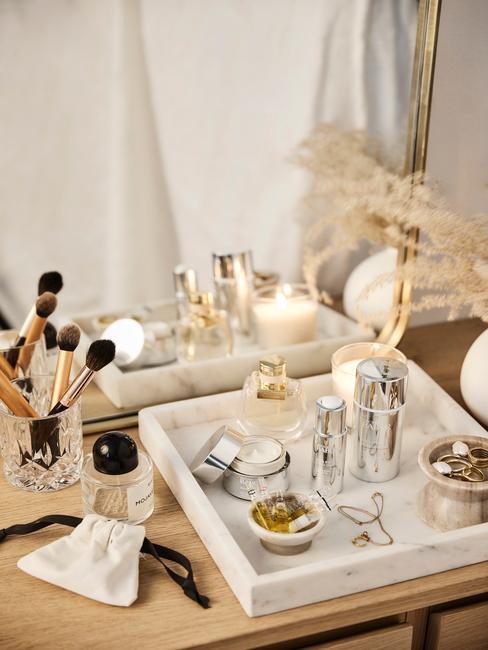 Fragment blatu w łazience z marmurową tacą oraz kosmetykami
