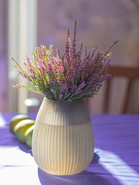 Wrzos w wazonie na stole