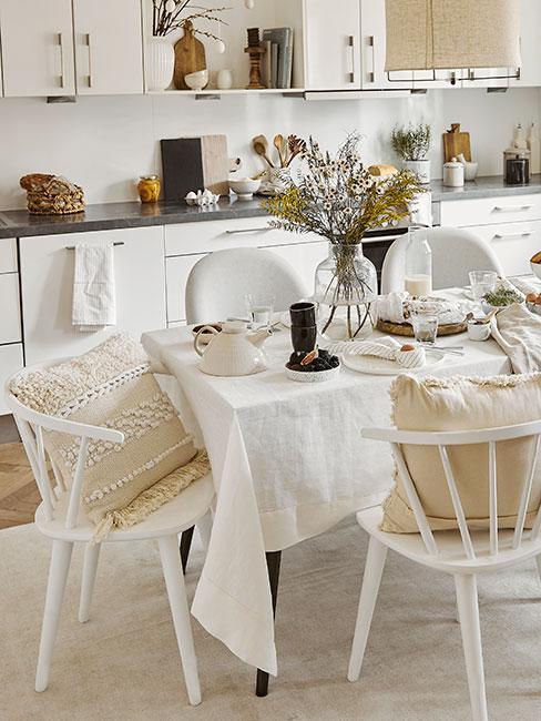 Biała drewniana kuchnia w stylu skandynawskim