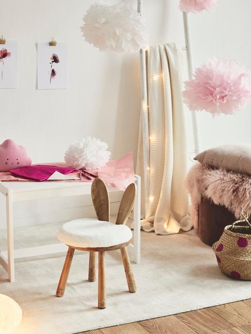 Jasny pokój dziecka z krzesłem, białą szafką, koszem i lampkami