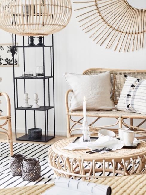 Woonkamer met lichte rotan meubelen en ethno kussens