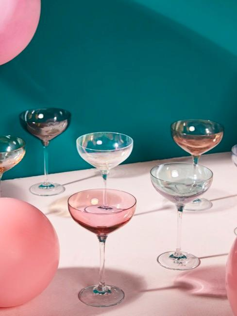 Kleurrijke balonnen en gevulde champagneglazen