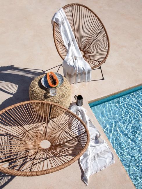 Close-up zwembad met rieten stoelen