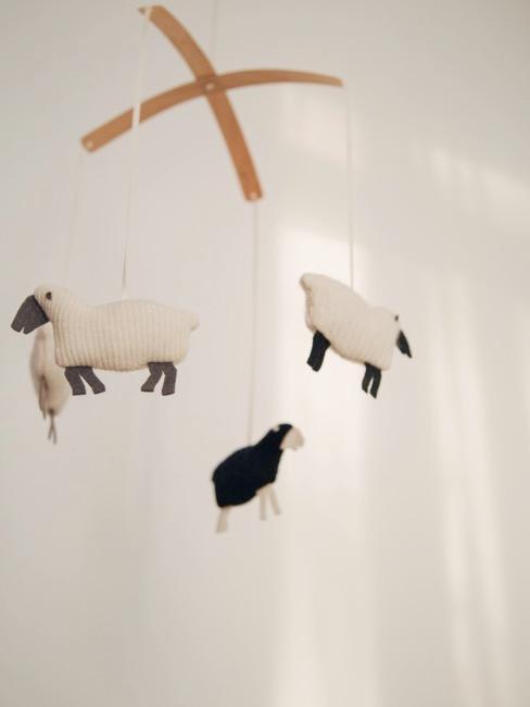 Mobil z owieczkami w pokoju dziecięcym w stylu rustykalnym