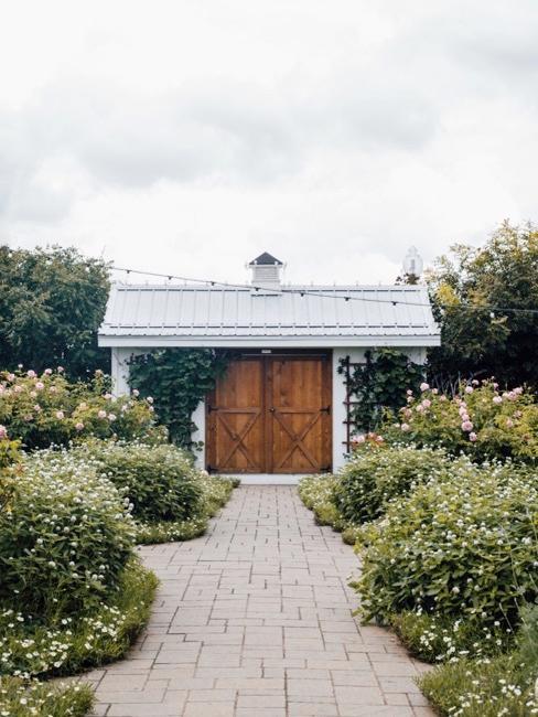 Tuin met pad naar tuinhuis