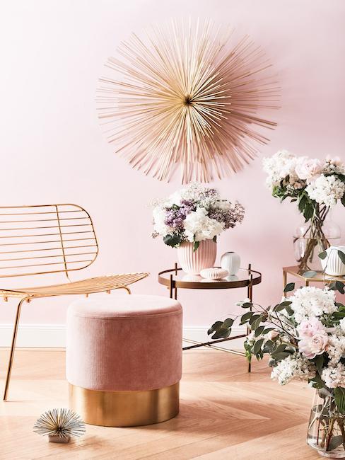 Sitzecke mit Deko Skulptur an der Wand und auf dem Boden in Sternoptik