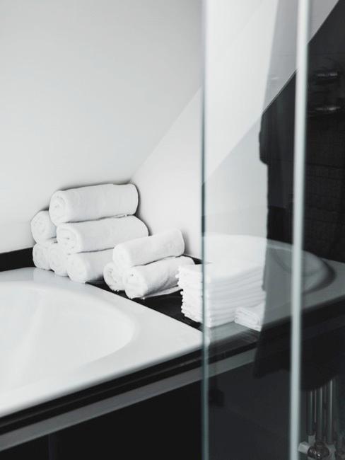 Close-up bad in de badkamer voor een home spa in zwart-wit