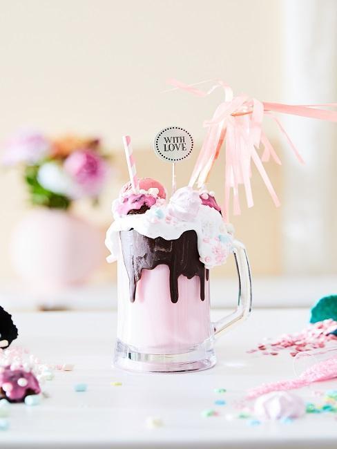 Coppa gelato con cioccolato e decorazioni rosa