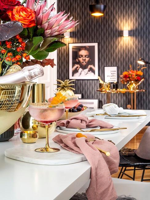 Cocktail party su tavolo con decorazioni rosa e oro