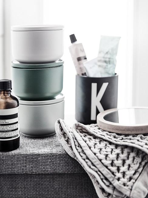 Organizzazione cosmetici con scatolette