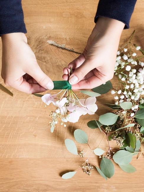 Legare il bouquet con del nastro verde